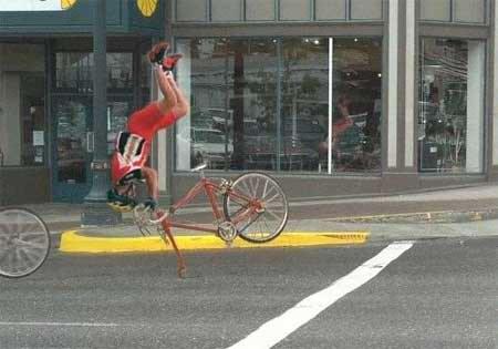 骑自行车时玩前滚翻摇头舞搞笑表情图片